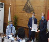 رئيس جامعة بنها يكرم رئيس قسم المساحة بـ«هندسة شبرا»