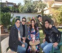 صور  أسرة «ولاد إمبابة» تحتفل بعيد ميلاد عمرو ماندو