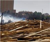 10 سيارات للسيطرة على حريق مغلق أخشاب بالقليوبية| صور