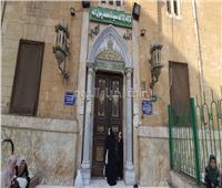 حكايات| بكاء على أبواب «الحسين».. أم وابنتها تبحثان عن نفحات المسجد المغلق