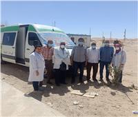 الكشف على العاملين بالطريق الصحراوي الغربي ضمن قافلة لـ«صحة المنيا»