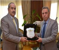 وزير الطيران المدني يكرم رئيس مستشفي مصر للطيران السابق