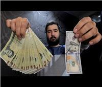 «نيويورك تايمز»: تغيير العملة الإيرانية اعتراف بتأثير العقوبات الأمريكية