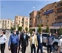 وزير الإسكان يتفقد سير العمل بمركز خدمة المواطنين بالقاهرة الجديدة