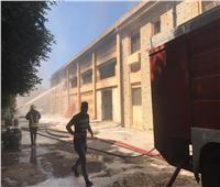 5 سيارات إطفاء تسيطر على حريق مصنع أحبار ببرج العرب