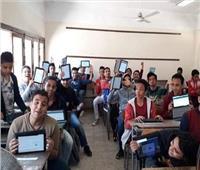 طلاب الصف الأول الثانوي يؤدون أمتحان مادة الرياضيات إلكترونياً
