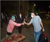 بالورود .. رئيس جامعة القاهرة يستقبل أفواج جديدة من العائدين من الكويت