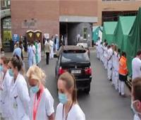 بالفيديو.. احتجاج صامت لعمال الرعاية الصحية ببلجيكا ضد رئيسة الوزراء