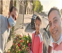 بالفيديو .. بائعة الورود بالمقابر .. الأقبال ضعيف وبحلم أكون دكتورة