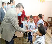 محافظ المنوفية يوزع العيدية والهدايا وكحك العيد على الأطفال الأيتام