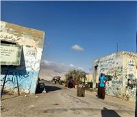 رغم غلق المدخل.. مواطنون يدخلون مقابر السويس عبر ثغرات السور