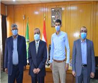 محافظ الإسماعيلية يكرم البطل إبراهيم عميرة الناجي من حادث استشهاد المنسي في «كمين البرث»