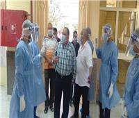 رئيس جامعة حلوان يشارك المصريين العائدين من الخارج فرحة عيد الفطر
