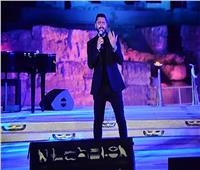 تامر حسني يختتم حفل عيد الفطر بأغنية «يانا يا مفيش»