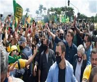 رغم كورونا.. الرئيس البرازيلي يشارك في مسيرة بدون كمامة