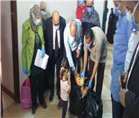 رئيس جامعة الزقازيق يقدم الخاضعين للحجر الصحي الحلوى ولعب الأطفال