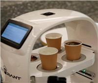 روبوت يساهم في تطبيق التباعد الاجتماعي بالمقاهي