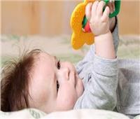 للأمهات الجدد.. علامات تطور طفلك الطبيعية عند عمر ٤ أشهر