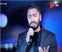 تامر حسني يشارك جمهوره بفيديو من حفل الأهرامات