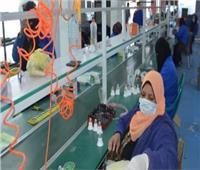 عمال غزل المحلة يرتدون الكمامات قبل دخول المصانع