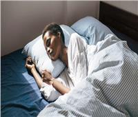 هل تبقيك أخبار فيروس كورونا مستيقظا؟.. 5 نصائح لنوم أفضل