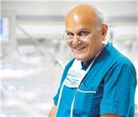 الزمالك يهدي الدكتور مجدي يعقوب العضوية الشرفية