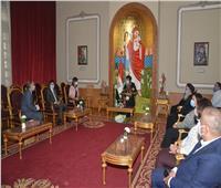 البابا تواضروس يستقبل المصريين العائدين من كينيا