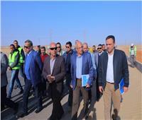 وزير النقل يتفقد العمل بمحاور خزان أسوان وكلابشة ودراو