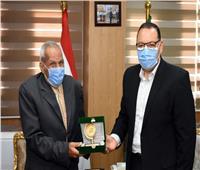 عمره 83 عامًا.. محافظ الشرقية يكرم «حسني هداهد» لحصوله على درجة الماجستير في الأدب