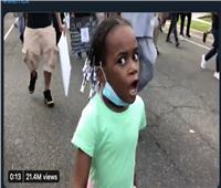 الطفلة ذات الـ٧ سنوات تتحول إلي أيقونة لمشاركتها في مسيرة الحياة السوداء