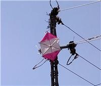 الكهرباء تصعق طفل بصفتي أثناء لهوه بطائرة ورقية