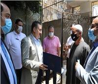 محافظ المنوفية يكرم أحد العاملين لعثوره على مبلغ مالي ورده لصاحبه