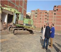 محافظ القليوبية يشن حملة لإزالة 4 مباني مخالفة بمدينة بنها