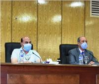 محافظ أسوان يسلم شيكات مساعدات مالية لـ 5 عرائس يتيمات
