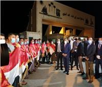 صور | بالأعلام المصرية.. شاهد وصول المصريين المحتجزين في ليبيا إلى أرض الوطن