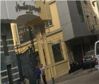 أولياء أمور طلاب «عين شمس» ينتظرون أبناءهم على الأرصفة أمام اللجان