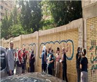 أولياء الأمور ينظمون دخول الطلاب للجان الثانوية بعد التكدس أمام مدرسة بمدينة نصر