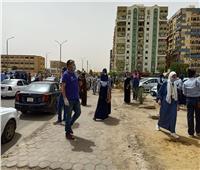 طلاب السويس سعداء بسهولة العربي وأولياء الأمور يشكلون زحام أمام مدارس البنات