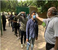 صور| استقبال طلاب الثانوية الأزهرية بقياس الحرارة قبل دخول الامتحان