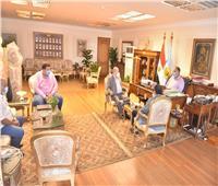 محافظ أسيوط يلتقي وفد وزارة النقل لبحث التعاون في مجال صيانة الطرق