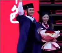 طالب ماجستير يطلب يد حبيبته في حفل التخرج.. ورئيس الجامعة يصفق| فيديو