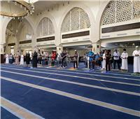 صور| العشرات يؤدون صلاة الظهر بالمسجد الجامع.. والالتزام بالكمامات واصطحاب «المصلية»