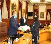 محافظ القاهرة يسلم منح مالية للعرائس اليتيمات