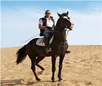 فيديو| أحمد السقا يستعرض مهاراته في ركوب الخيل
