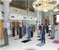 محافظ أسوان يصلي المغرب بالمسجد الجامع لمتابعة تطبيق الإجراءات الاحترازية