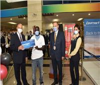 صور| في أول أيام استئناف الطيران الدولي.. تذاكر مجانيةلمسافرين بمناسبة عيد ميلادهما