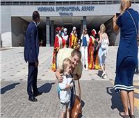 شاهد.. فرحة السياح فور وصولهم مطار الغردقة في أول رحلة طيران خارجي