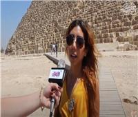 سائحة لكل العالم من الأهرامات: «مصر بلد أمن وأمان لا يفوتكم زيارتها» |فيديو