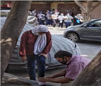 حديث السوشيال| «الأب هو السند».. ينحني ليربط حذاء ابنته قبل دخولها الامتحان