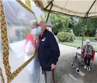صور| العناق خلف جدار.. دار للمسنين في بلجيكا ينهي العزلة الاجتماعية على طريقته